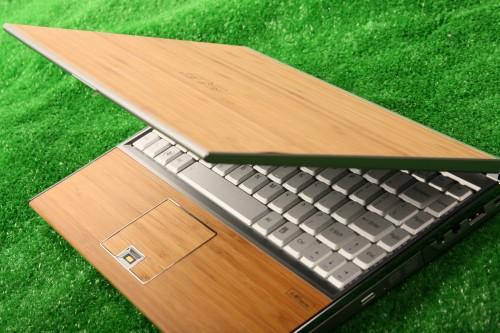 機殼、枕手位及 TouchPad 也用上竹材,設計十分出格。