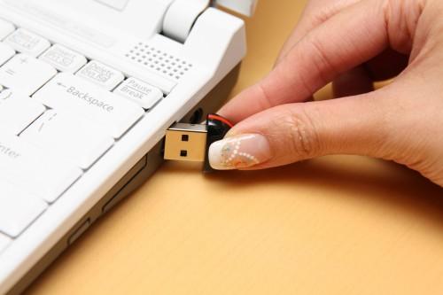 Step 01:先插入白色「手指」安裝軟件,過程簡單,不停按「Next」及按指示動作便可。完成後需重新啟動電腦,再進入視窗系統後,將黑色「手指」的 USB 插頭與電腦接駁,軟件便會被啟動。