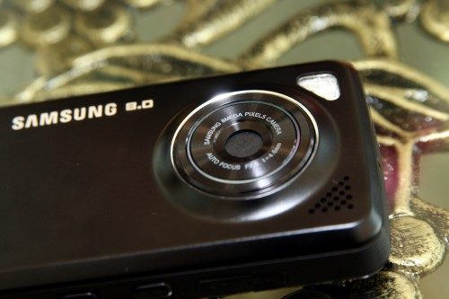 內置 800 萬像素鏡頭,但難得機身能保持輕薄,只有 13.8mm。