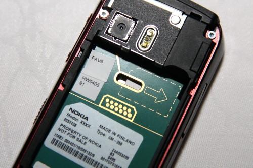 其實要換 SIM 卡,還是需要拆電池,用觸控筆將 SIM 卡推出,十分麻煩。