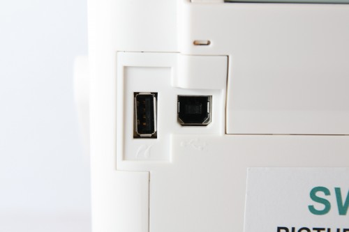「PictBridge」直駁打印插槽(左)設於機身後方,右方則為接駁電腦的 USB 2.0 端子。