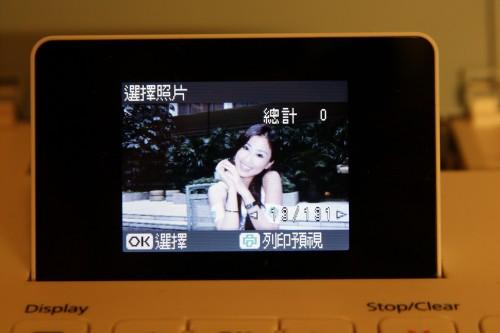 採用 2.5 吋屏幕,比上代機款 PM210 還大了半吋。