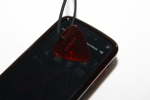 隨機還附送與結他片造型相像的膠片,亦可用來操控屏幕。連配件也以音樂為主題,果然貼心。