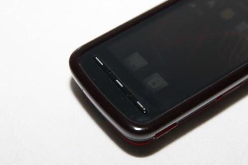 雖然採用了觸控式屏幕,但機身下方仍設有通話(左)、主菜單(中)及收線(右)3 個按鍵。