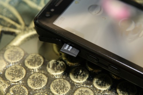 支援 microSD 及 microSDHC 記憶卡,但最高只支援至 8GB。