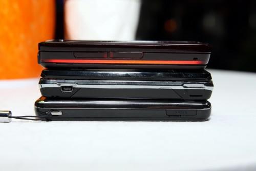 3 部手機齊玩「疊疊樂」,上方為 Nokia 5800 XpressMusic、中間為 Sony Ericsson Xperia X1、下方為 Samsung Omnia i908。發現厚度上,i908 仍有很大優勢,而 X1 雖然設有 qwerty 實體鍵盤,但也只比 Nokia 5800 XpressMusic 厚一點而已,可見 5800 毫不纖薄。