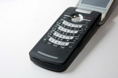保留了 Blackberry 獨有的 SureType QWERTY 鍵盤,無論撰寫電郵或 SMS 短訊,均十分方便。