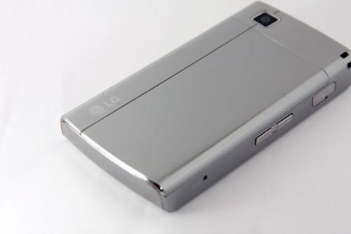 機背電池蓋亦使用了鏡面設計。
