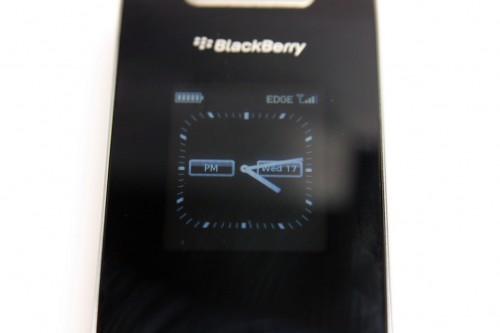 機背設有小屏幕,合起時會出現時鐘;另外有來電、短訊、電郵、甚至 MSN 訊息時,也會於此屏幕顯示簡要內容,讓用家決定是否需要打開電話瀏覽詳細內容,十分方便。