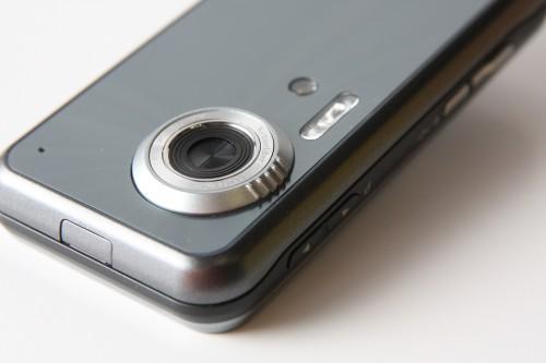 鏡頭開關設於鏡頭上方,一推便可啟動攝錄功能。