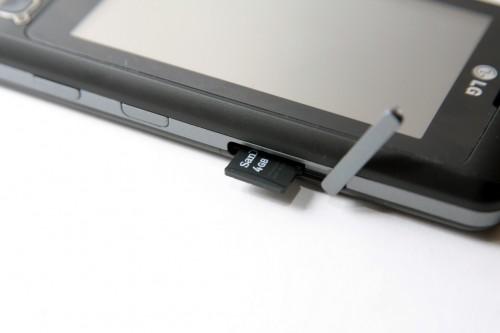 採用 microSD 記憶卡,卡槽位在機側,換卡方便。