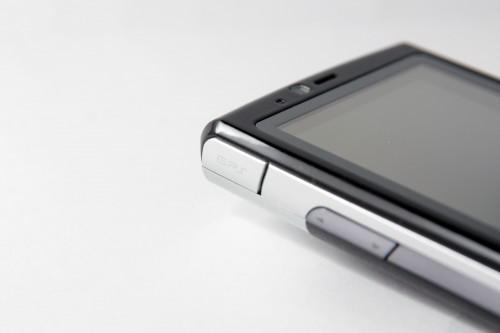 內建 GPS 功能,另採用 SiRF Star III 第三代晶片,定位比舊晶片準確。