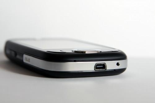 採用 miniUSB 介面充電及與電腦接駁。
