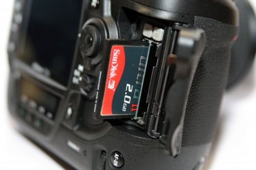 內建兩個 CF 卡插槽,配合大容量記憶卡,便可方便專業攝影師無須換卡,也可一次過拍攝大量相片。