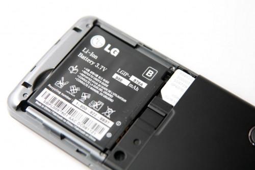 電池容量為 900mAh,以這類手機而言,應頗足夠使用兩日左右。