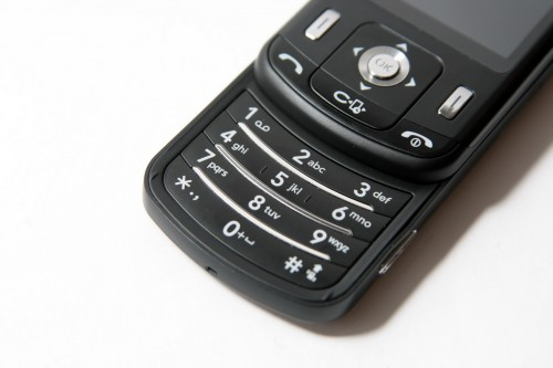 採用滑蓋式設計,設有數字鍵盤,方便用家撥打電話及傳送 SMS。