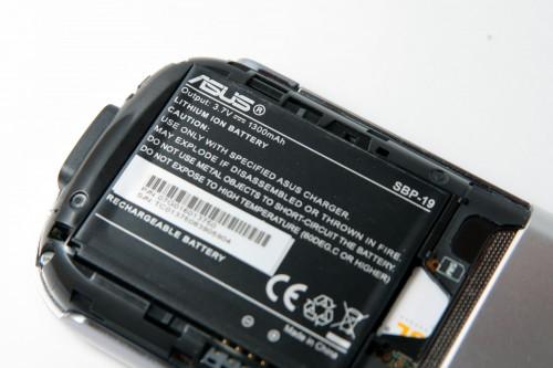 由於採用較高時脈的處理器,故系統耗電較快,廠商因而採用較大容量:1,300mAh 的電池。
