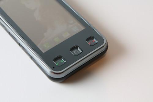 機面介面設計簡潔,只有機底 3 個按鍵,而且加上背光設計,按下時會亮起,在黑暗環境中也能看到。