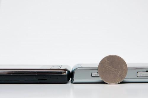 與 Samsung Omnia i908(左)作機身厚度比較。