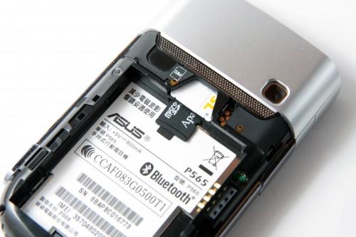此機設計最大敗筆,可說是將 microSD 記憶卡槽設於 SIM 卡槽底,雖然這確有助縮減機身厚度,但每次換卡也需拆電,感覺麻煩。