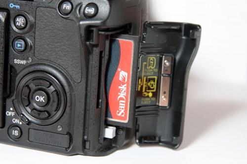 內建雙記憶卡槽,同時支援 CF、MicroDrive 或 xD 記憶卡。