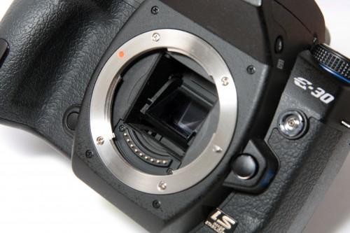 採用的 Live MOS 影像感應器,不但有效像素提升至 1,230 萬,而且採用全新的 TruePic III+ 影像處理器,能令相片處理更快速,亦方便拍攝更高質素的相片。