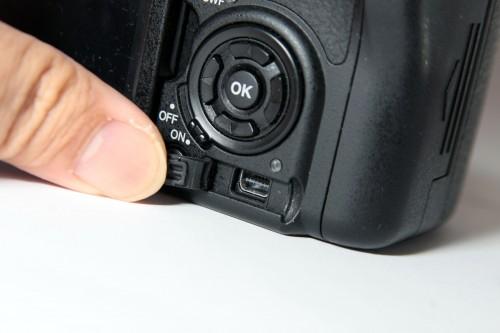 機身設有 miniUSB 端子,方便接駁電腦並直接瀏覽相機內的相機,無須先將相片抄寫到電腦內才可欣賞。