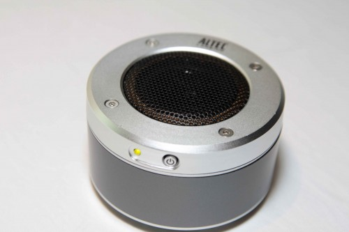 喇叭邊緣採用金屬設計,令內裡單元的保護性更強。