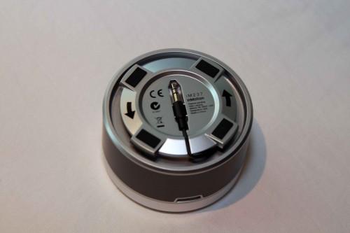喇叭底部設有藏線坑,不用時可將 3.5mm 接線及插頭如圖般收納在內,更方便外攜。