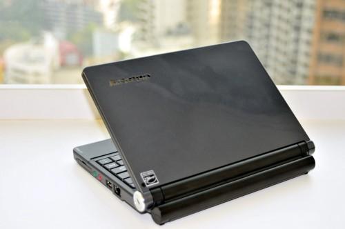 機面由 S10 的 4 色啞面,變為 S10e 的黑色鋼琴面,雖然易黏指膜,但感覺較高貴。