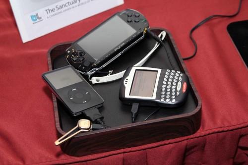 場中還展示了兩款用作收納接駁線的「盒」,例如這款便是 blueLounge 的 The Sanctuary,盒內底層內建了 12 種接駁頭,只需在家接上「盒」的電源,便可一次過為多件電子產品充電,旅行傍身寶物!售價為 898 元。