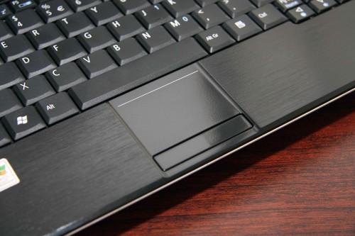 滑鼠左、右按鍵改為置於 TouchPad 下方,使用時更易適應。不過 TouchPad 改為較正方設計,令操控空間相對細了。