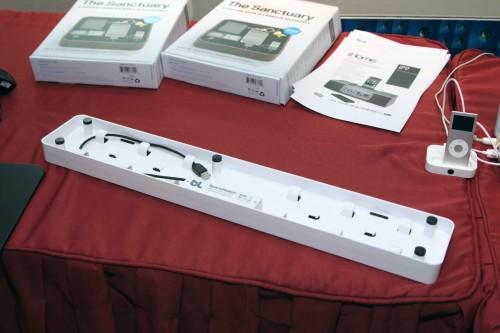 另一款便是 blueLounge 為手提電腦用家而設的 SpaceStation,用家可將所有接駁手提電腦的產品的接駁線收納在「盒」內,然後蓋上面蓋,再將手提電腦座在「盒」上便可,既雅觀又方便管理線材,這樣便不會因接駁電腦產品太多,而令桌面變成「戰場」了。它內建 4 個 USB 接口,故一次過可容許用家與電腦接駁 4 件產品。售價為 498 元。