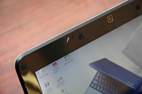 內置咪高峰設於 webcam 旁。