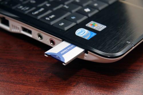 新機只有一個多合一讀卡器,可支援直讀 SD、xD、Memory Stick Duo 等記憶卡,其他種類,如圖中的 Memory Stick PRO Duo,便需另加轉接卡。