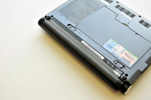 6-cell 電池只是稍微向後凸出一點,也只令機身後半部稍微升高一點,使用起來比 S10 更舒適。