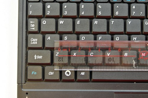 英文鍵盤按鍵橫向面積:14mm;鍵距:3mm;結論:合理。