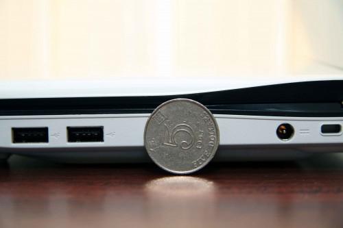 機身厚度甚至比一個 5 元硬幣的直徑還要長,實在是......