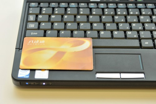 TouchPad 面積仍是十分細,連八達通一半的面積也沒有,操控上會較困難。