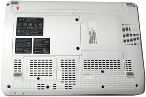 機底可見有 3 個保護蓋,以後換記憶體、硬碟及 PCI 插槽硬件就更方便了。另外值得留意的是,從此圖可見 Aspire One 103 仍有機會只隨機附送 3-cell 電池,如屬實,相信不少 Acer 支持者會頗失望。