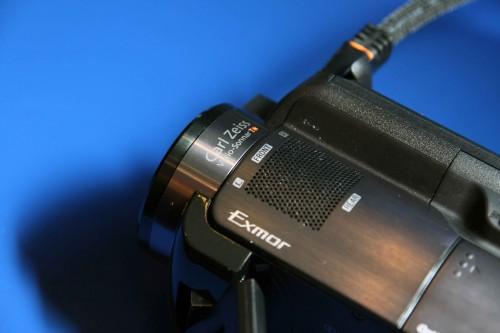 低階 XR 機款採用蔡司鏡頭,而高階的 XR520 及 XR500 更用上高級 Sony G 鏡頭,令攝錄影像質素大幅提高。