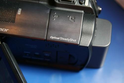 內建光學防震系統,加強用家夜攝時,在手持攝錄機情況下的影像穩定性。