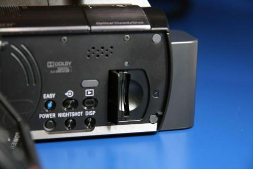 Memory Stick PRO Duo 記憶卡槽設於機內。