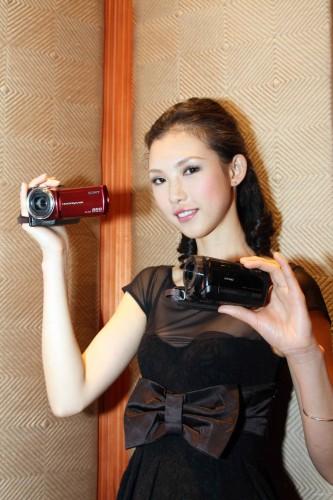 Sony 同場推出另外兩系列的 Handycam,模特兒右手拿著的為主打遠攝的 SR 系列,而左手拿著的便是主打輕巧的 CX 系列。
