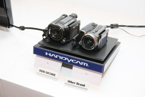 示範情況實景:平台會不停上下搖晃,以模擬用家手持攝錄機拍攝的情況。
