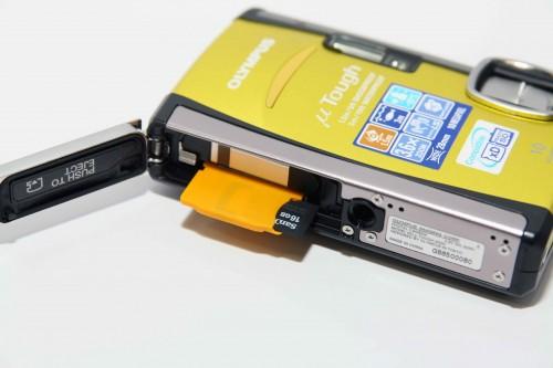 Mju Tough 6000 及 8000 不但支援 xD 記憶卡,只要配合隨機附送的轉接卡,更可使用 microSD 記憶卡,而 UnwireLife 記者嘗試過,它就連 16GB microSDHC 記憶卡亦能支援,兩機款分別可拍攝 5 千多及 3 千多張相片,旅行絕對可「一卡走天涯」。