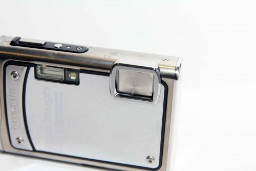 鏡頭設有金屬保護蓋,為潛望鏡頭提供多重保護。