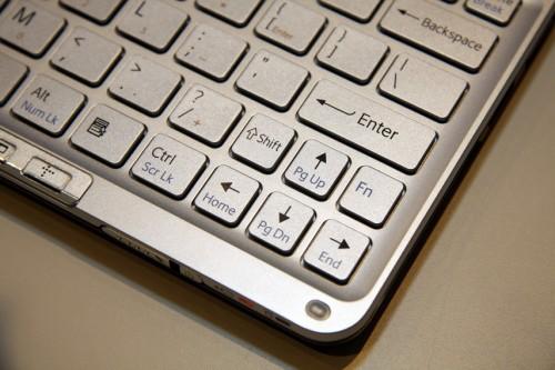 只是在上方向鍵旁,出現了多一個 Fn 鍵,這在其他手提電腦中比較少見的,而右方的 Shift 鍵卻安排在上方向鍵左方,但按鍵縮至小小的,用起來不太習慣。