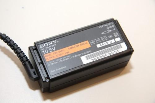 記者會當天未有曝光的小 P 火牛終於現身,可見體積十分細小,電壓亦與一般 VAIO 手提電腦約有 19V 有所分別,只有 10.5V。