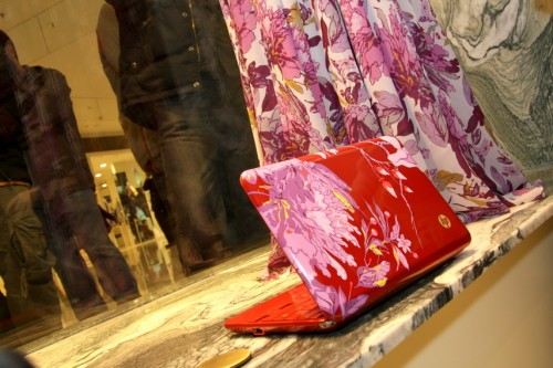 HP Mini 1000 Vivienne Tam 版,採用綻放的牡丹花作機面殼花紋,配合鮮紅色的底色,可說是極具女性化的設計。